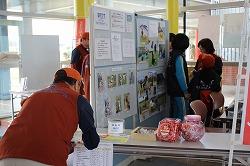 「動物ふれあいウィーク2014」で災害救助犬・捜索犬のデモンストレーション、活動パネル展示、犬とのふれあいを行いました(青森県動物愛護センター)。
