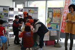 児童福祉週間の事業「ごじゃらっとひろば」で災害救助犬・捜索犬の活動パネル展示、犬とのふれあいを行いました(アピオあおもり)。