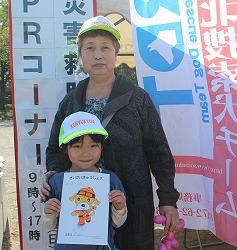 平成26年度青森秋まつりで災害救助犬・捜索犬の写真展示、犬とのふれあいを行いました(青森市)。