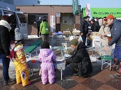 青森冬まつりで犬とのふれあい、フリーマーケット、募金活動などを行いました(青森市)。