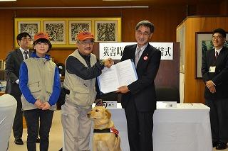 青森市と災害時の捜索犬出動に関する協定を締結しました。