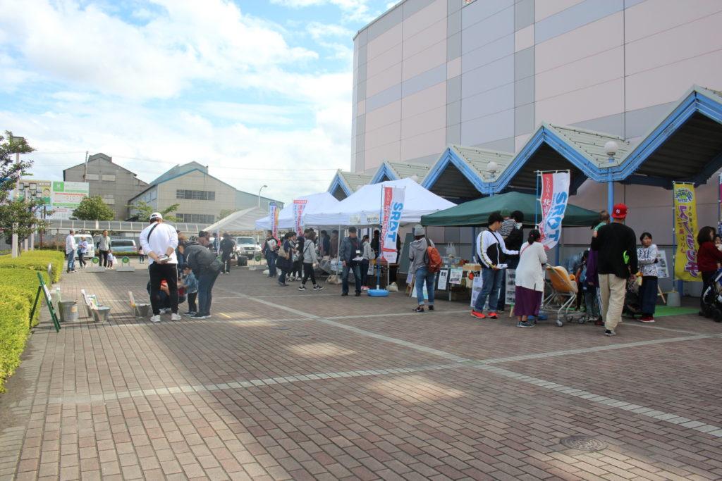 ショッピングモール「ピアドゥ」で展示と犬とのふれあいを行いました(八戸市)。