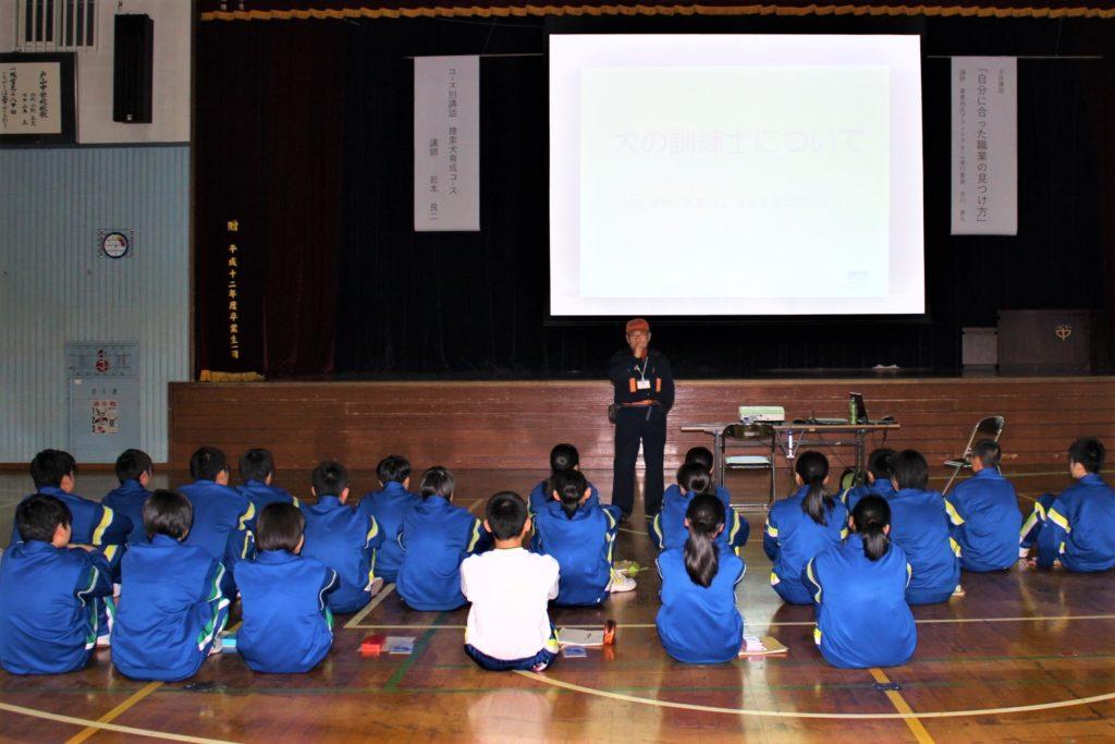 青森市立戸山中学校で犬の訓練士についての「職業講話」と災害救助犬のデモンストレーションを行いました(青森市)。
