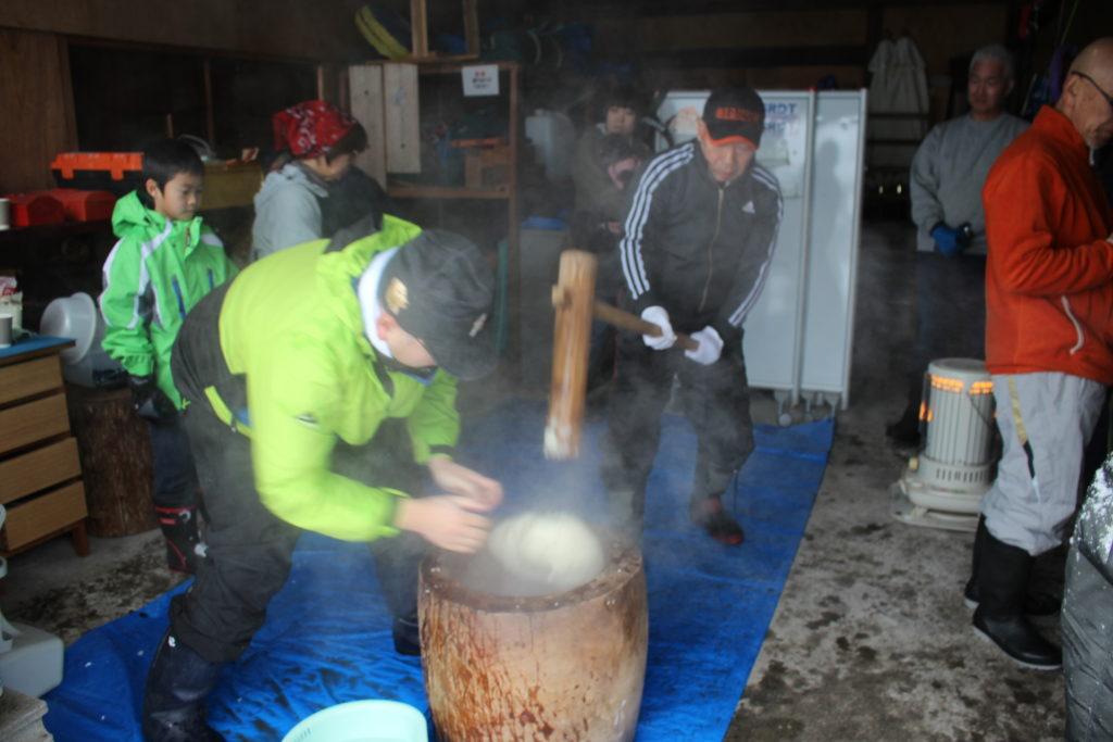 浪岡の訓練所「イヌヒトくらす」で餅つきをしました。