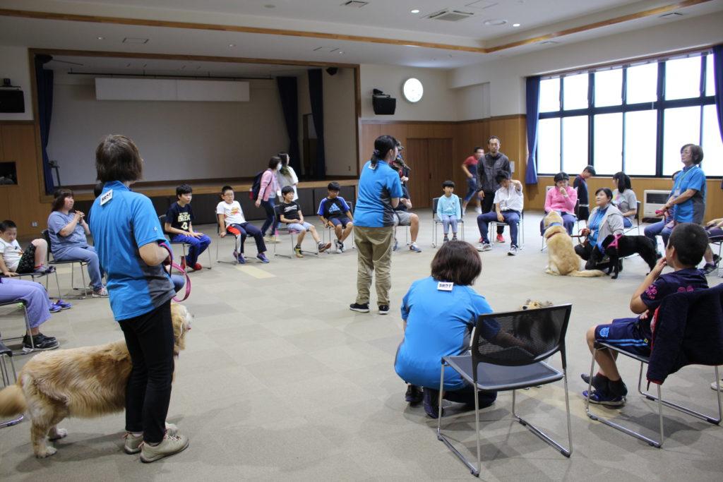 弘前市の「ひかりの岬」と「きらり」の子供たちがセラピー犬との触れ合いを行いました(青森市浪岡)。