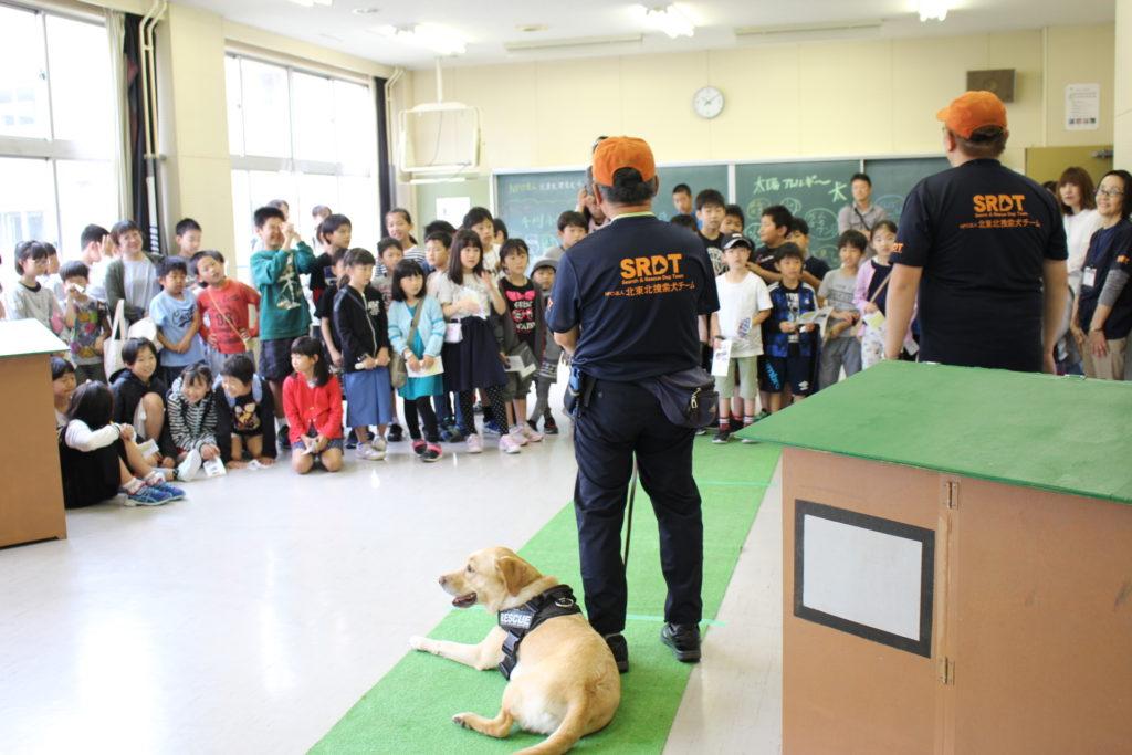 千刈小学校で災害救助犬のデモンストレーションを行いました(青森市)。